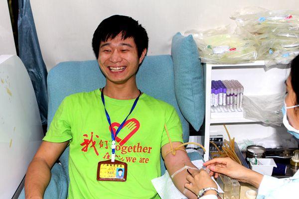 献血车开进校园 师生卷起袖子献爱心